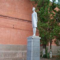 Statue in schoolyard, Аккерман