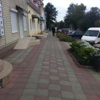 Красивый тротуар проложен вдоль магазинов, Березовка