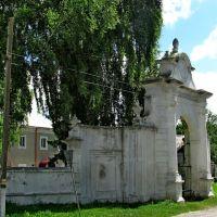 Вьездные ворота на территорию Михайловской церкви 1726г, разрушенную советами в шестидесятых годах,сейчас на территории ПТУ., Вишневец