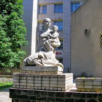 Скульптура возле роддома / Sculpture near the hospital, Великая Александровка