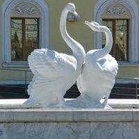 Лебеді - скульптура на вокзалі в Бахмачі, Бахмач