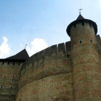 Червоні візерунки на стінах фортеці, над значенням яких і досі сперечаються вчені, Хотин