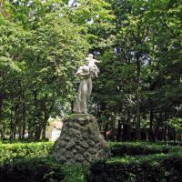"""Khotyn. Sculpture in the park. / Хотин. Скульптура """"Материнство"""" в парке., Хотин"""