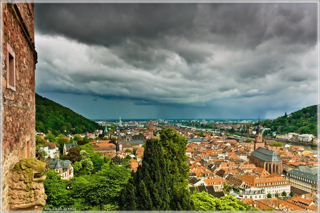Schlossterrasse Heidelberger Schloss - Regenwolke über Heidelberg, Schauer über Mannheim (bitte vergrößern), Хейдельберг