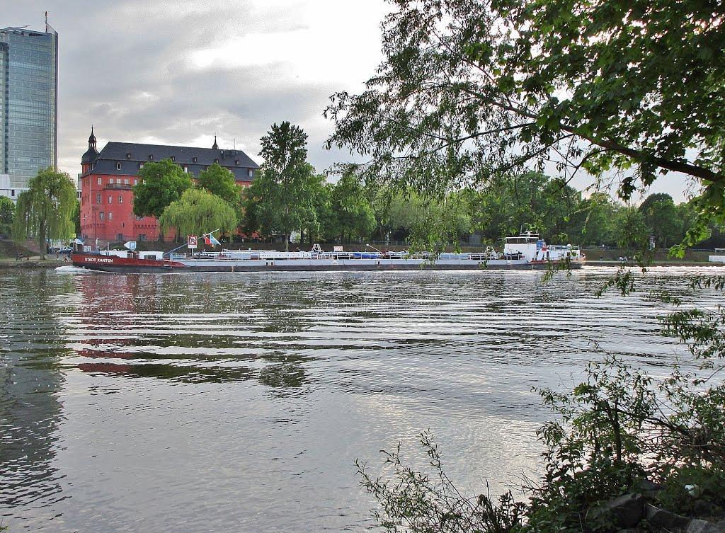 Offenbach, Isenburger Schloss - vom Fechenheim über den Main gesehen, Оффенбах