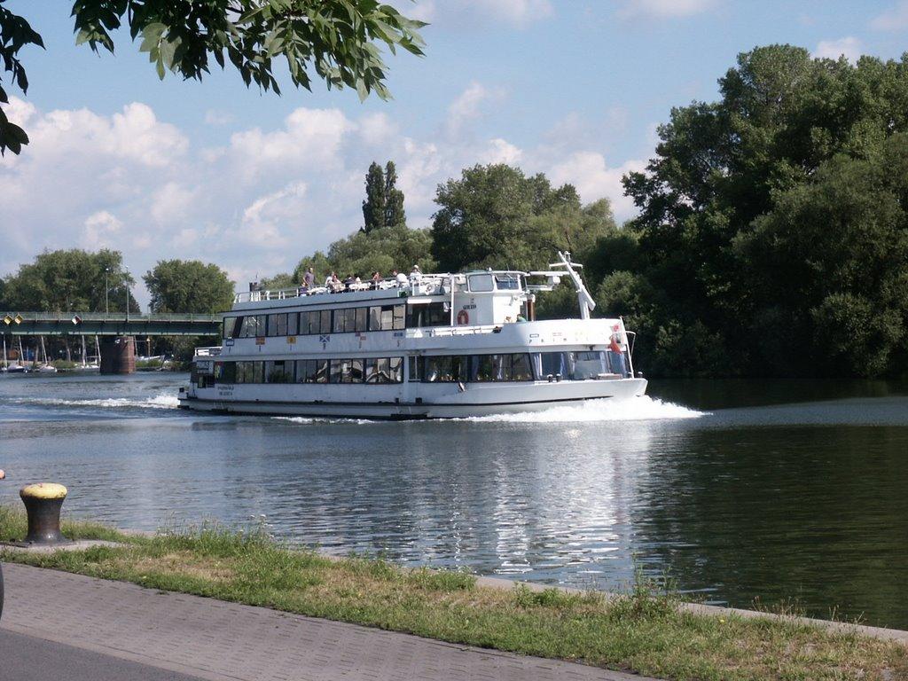 Ausflugsschiff auf den Main bei Offenbach, Оффенбах