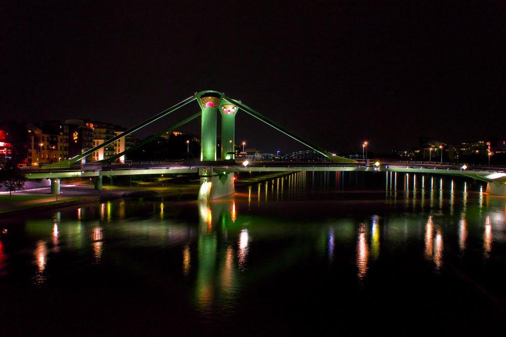 Frankfurt,  Blick auf die Flößerbrücke bei Nacht., Франкфурт-на-Майне