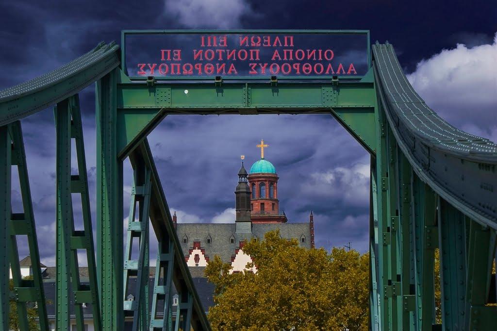 """Frankfurt: Eisernersteg, Blick auf die Paulskirche. ___________________ ΠΛΕΩΝ ΕΠΙ ΟΙΝΟΠΑ ΠΟΝΤΟΝ ΕΠ ΑΛΛΟΘΡΟΟΥΣ ΑΝΘΡΩΠΟΥΣ ____________ """"Segelnd auf weindunklem Meer hin zu Menschen anderer Sprache"""", Франкфурт-на-Майне"""