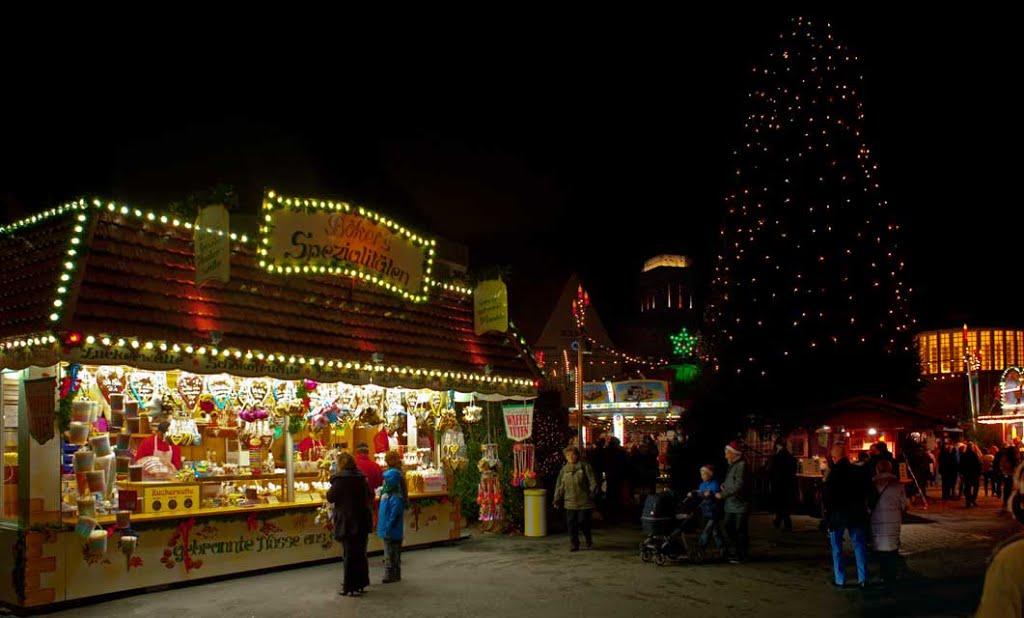"""DELMENHORST: Weihnachtsmarkt, im Hintergrund links des Weihnachtsbaumes der WASSERTURM (mit beleuchteter Besucherplatform) / Christmas fair, in the background on the left of the Christmas tree the WASSERTURM (""""water-tower"""" - with illuminated visitors-plat, Дельменхорст"""