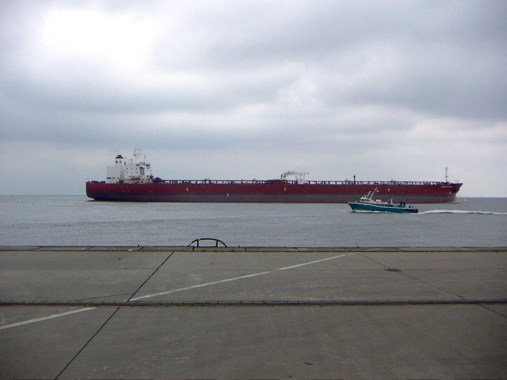 Cuxhaven - Tankschiff auf der Elbe, Куксхавен