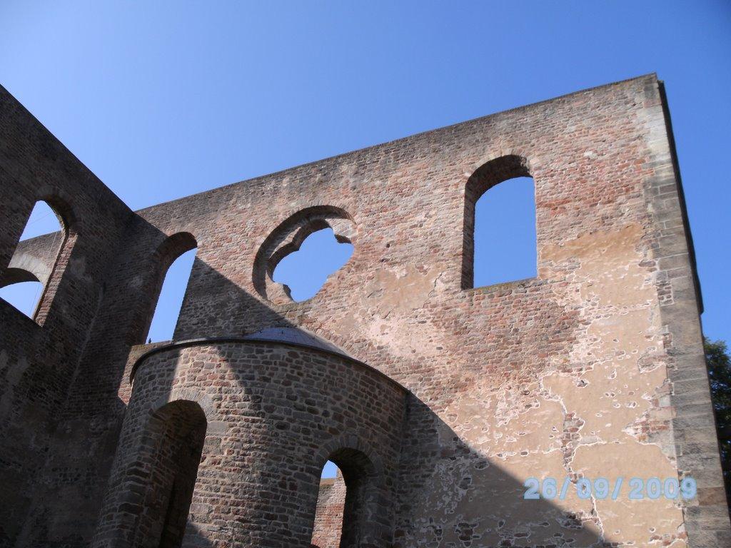 Bad Hersfeld; Stiftsruine; Fenster-Impressionen vor blauem Himmel, Бад Херсфельд