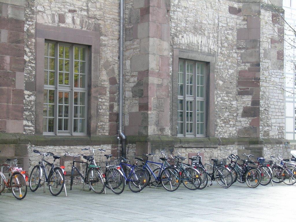 Fahrräder bei der alten Unibibliothek in Göttingen, Геттинген