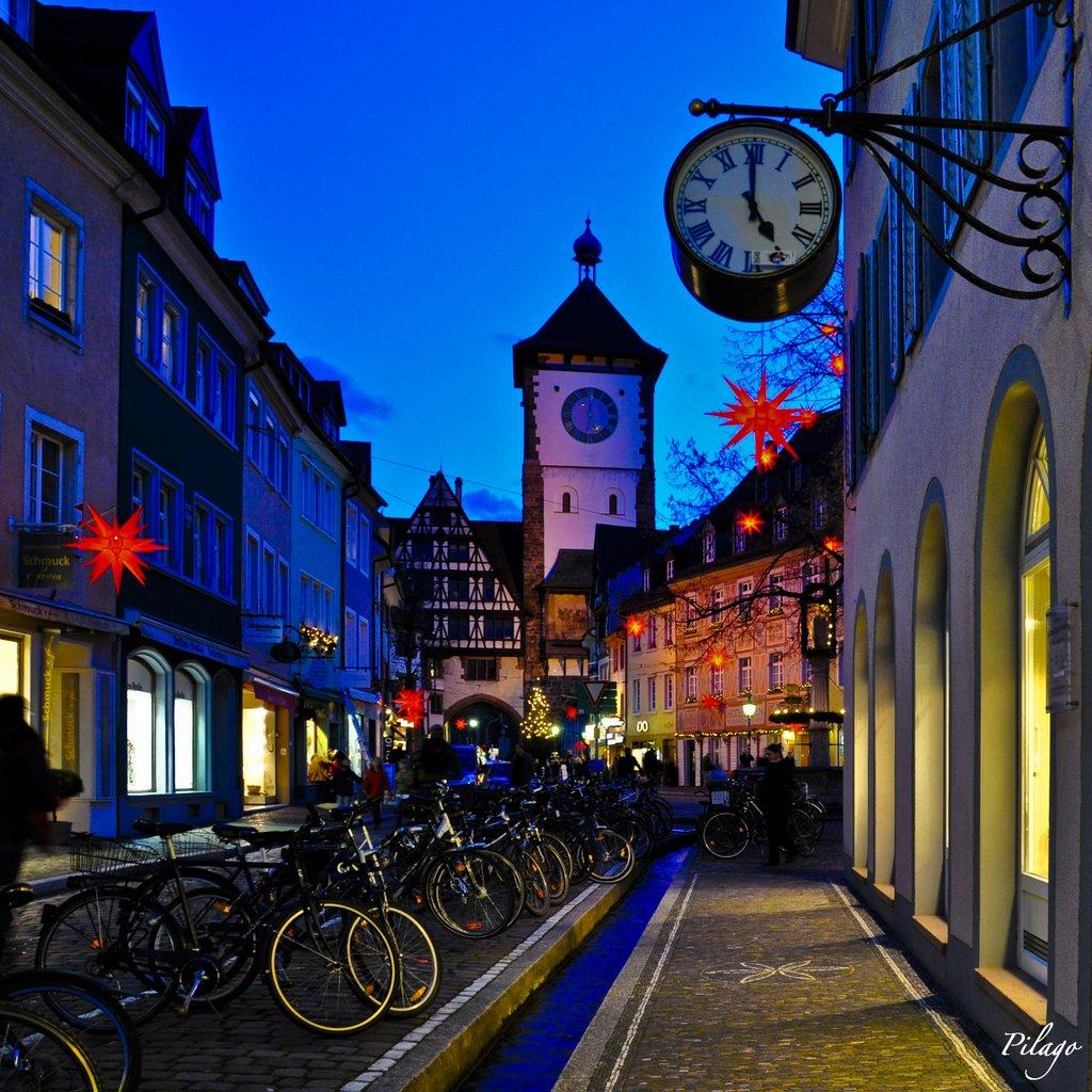 Freiburger Altstadt in der Blauen Stunde ¦ pilago, Фрайбург
