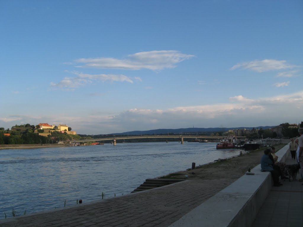 Pogled na Petrovaradinsku tvrdjavu i Frusku Goru, Нови-Сад
