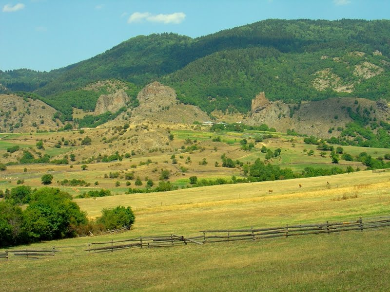 View to the Zanavi Fortress on the way to the Chule Monastery / ზანავის ციხე, Адигени