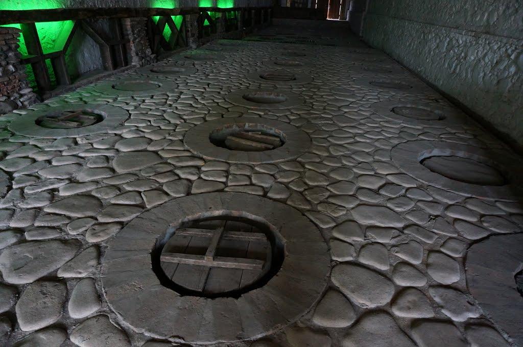 Kvareli. Tradizionali contenitori di terracotta per vino, interrati. Traditional   under ground wine cellar., Кварели