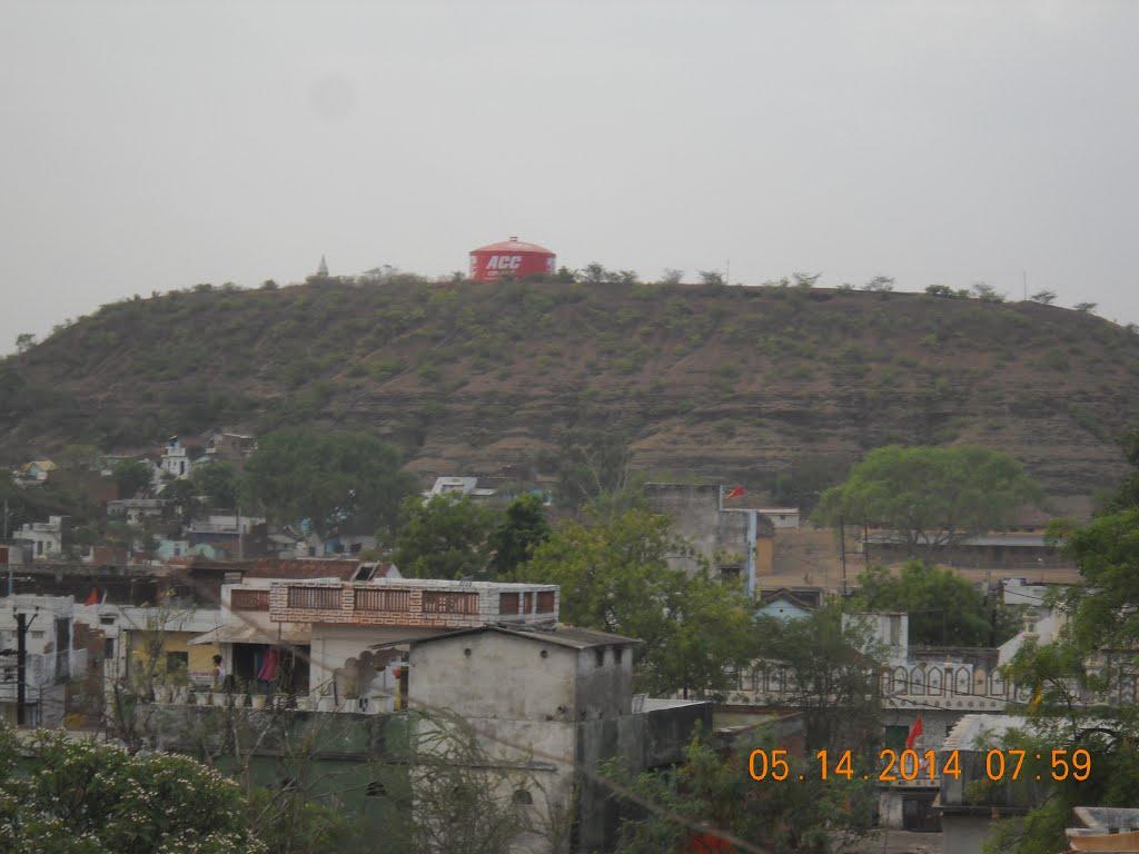 water tank on hill, Дамох