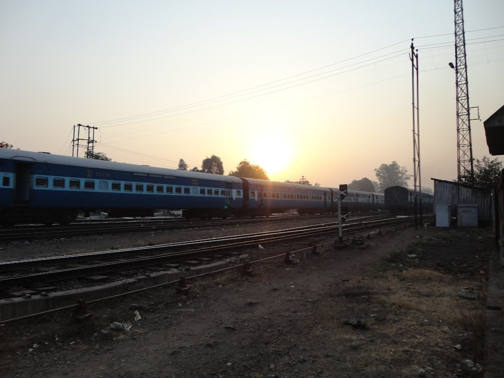 SUNRISE AGAINST RUNNING TRAINS, Gorakhpur, Uttar Pradesh, India, Горакхпур