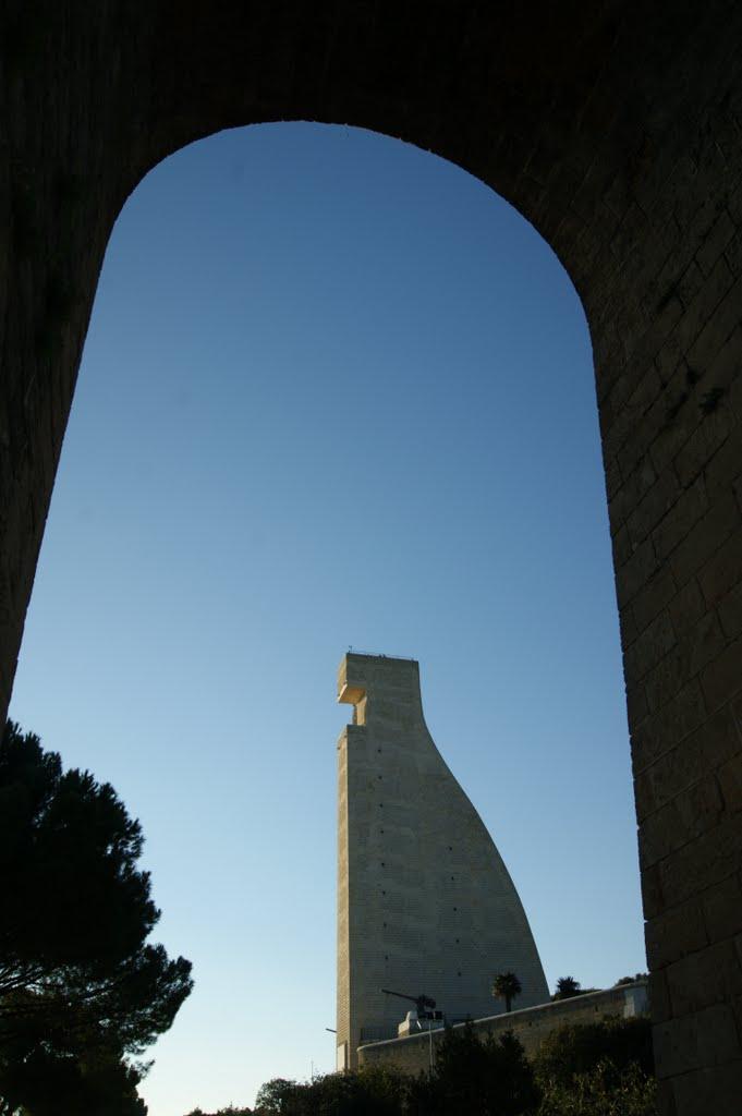 Profilo a forma di timone del Monumento al Marinaio dItalia, Бриндизи