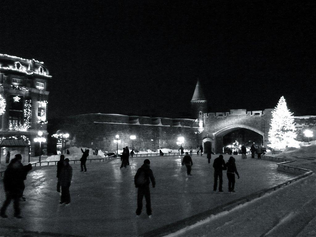 Hiver en noir et blanc: patinoire à Place dYouville, Vieux-Québec, Репентигни