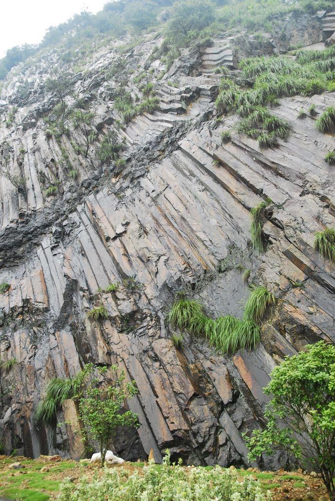 柱状节理,一种地质构造,在乌溪江电站水库附近, Иянг