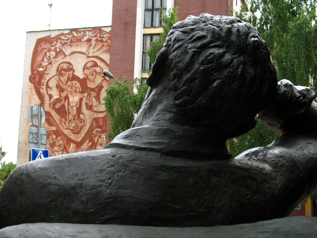 Monument to Marc Chagall & wall-wide picture at the factory, Витебск