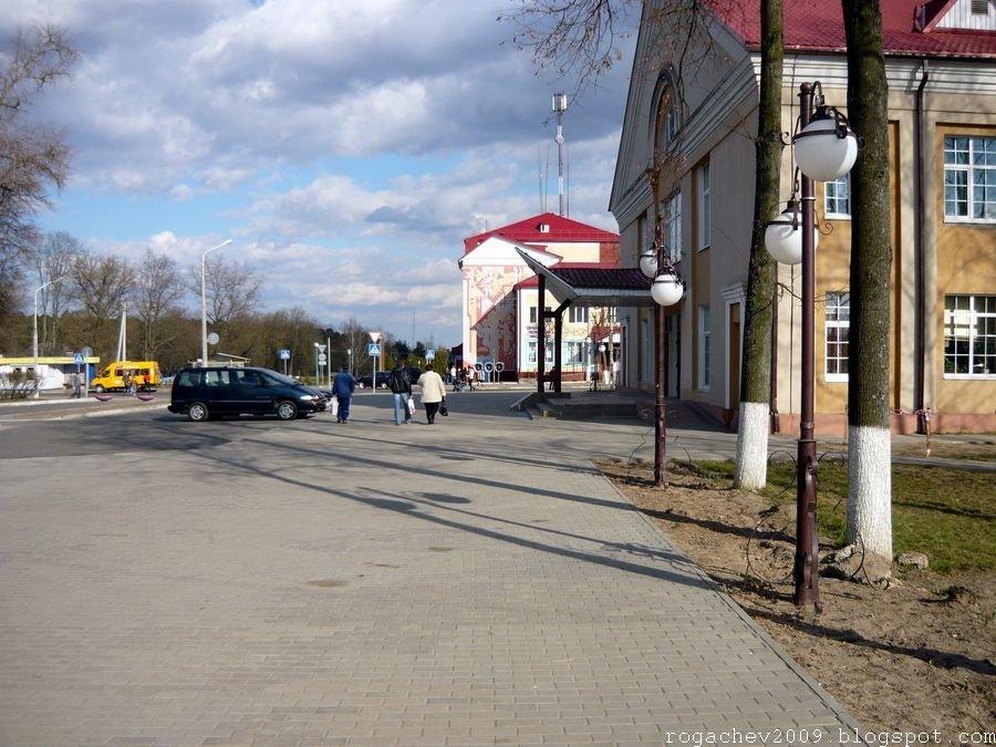 """г. Рогачев. Городской дом культуры, или просто """"РДК"""" и Почта. Конец апреля 2009 года, Рогачев"""