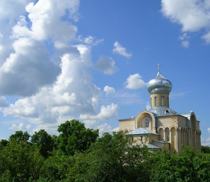 Такого вида на храм (июль 2005) уже нет - деревья вырубили, Волковыск