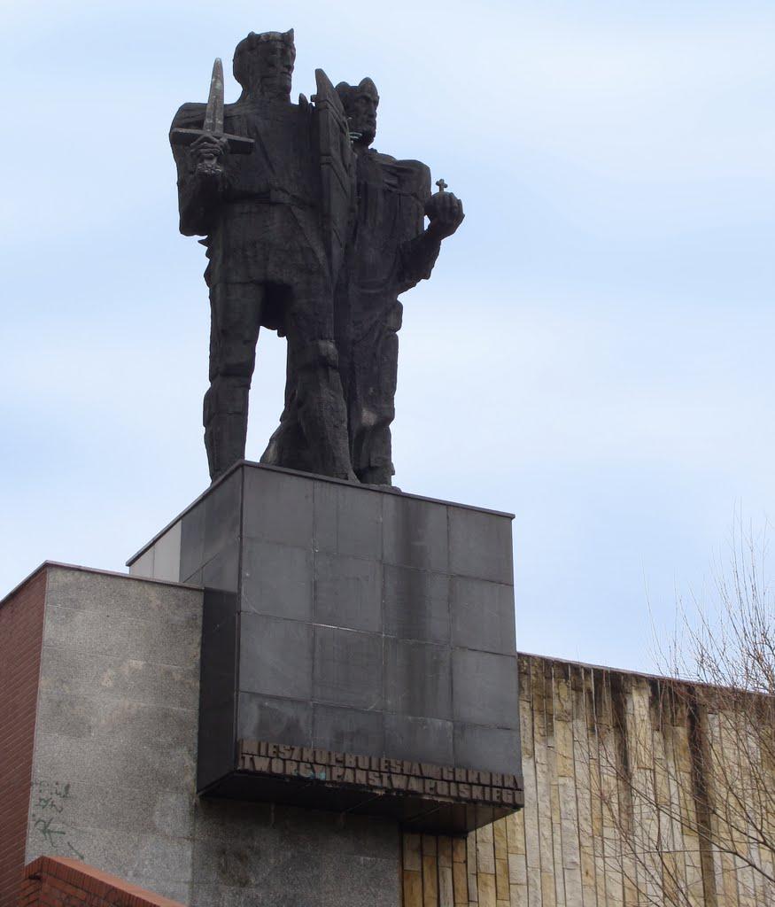 Pomnik Mieszka i Chrobrego przy MPPP w Gnieźnie, Сандомерж