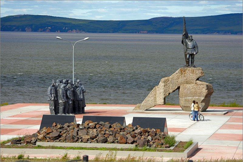 Анадырь. Памятник первому ревкому Чукотки Мандрикову., Анадырь