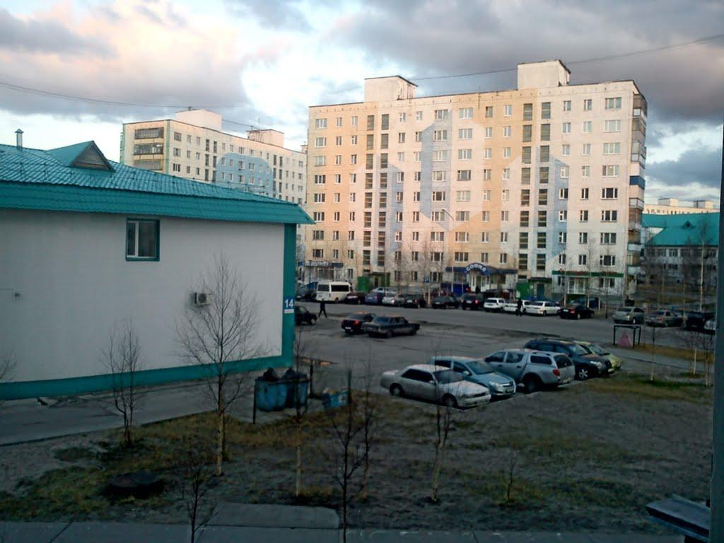 парковка возле банка, Радужный