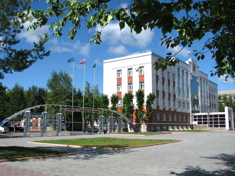 Доска почета и здание администрации города, Урай
