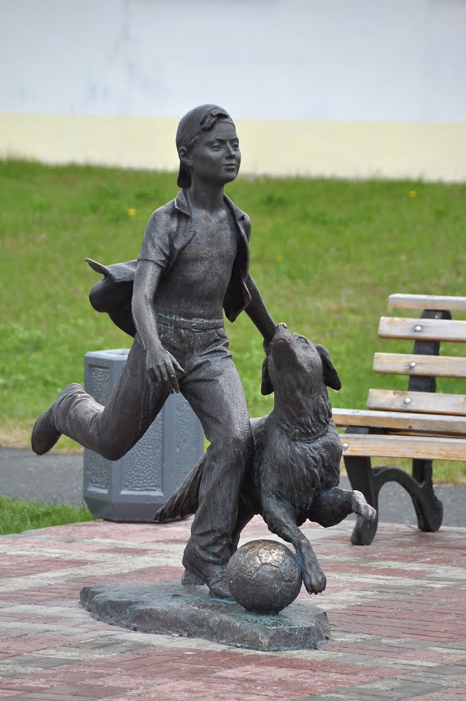"""Sculpture """"Boy playing with a dog"""" by Andrey Kovalchuk, Лангепас"""