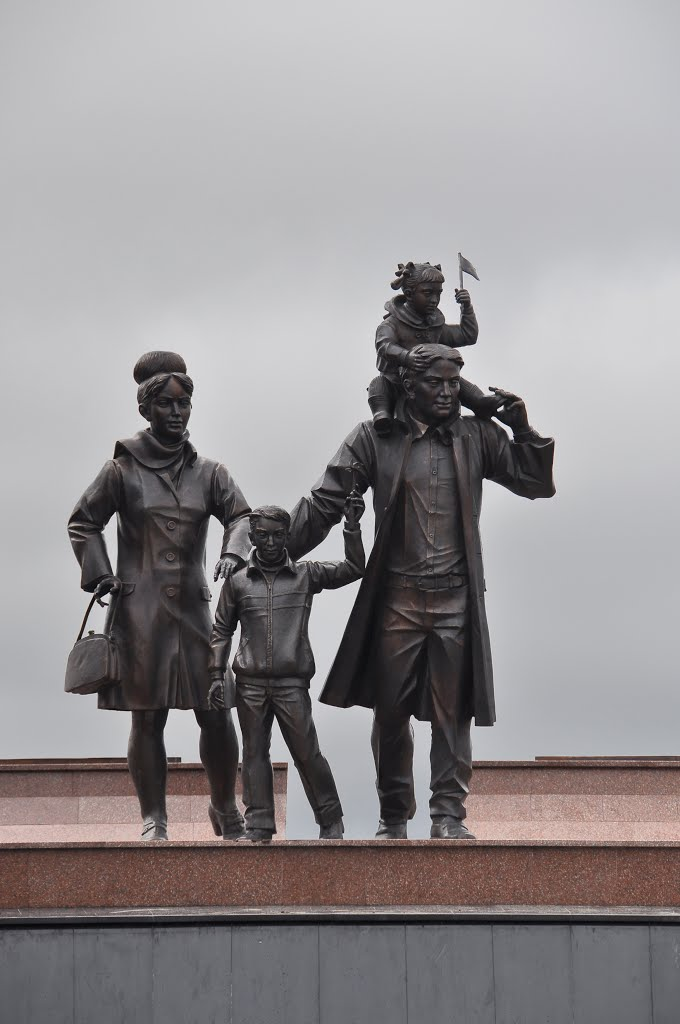 "Sculpture of a young family at architectural and sculptural complex ""The Trailblazers"", Нефтеюганск"