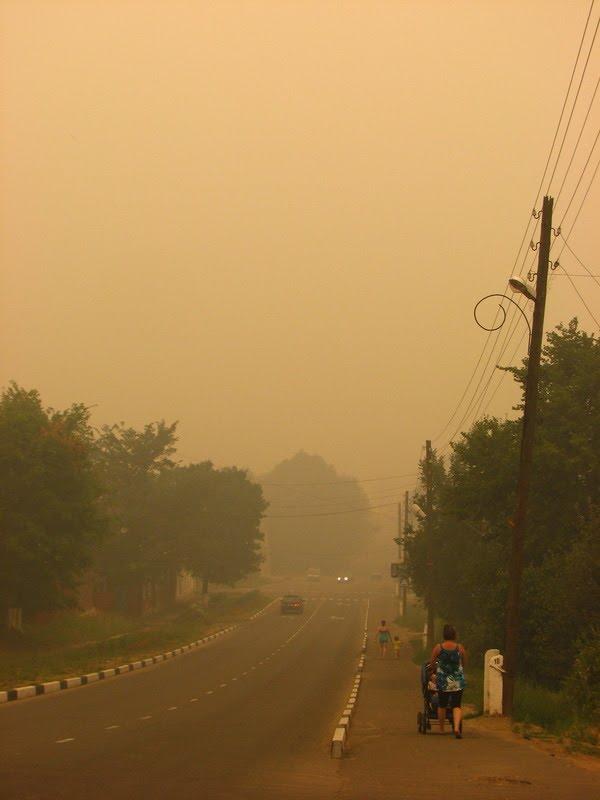 Дым лесных пожаров в Меленках. Улица 1 Мая (The smoke of forest fires in the Melenki. 1 May street), Меленки