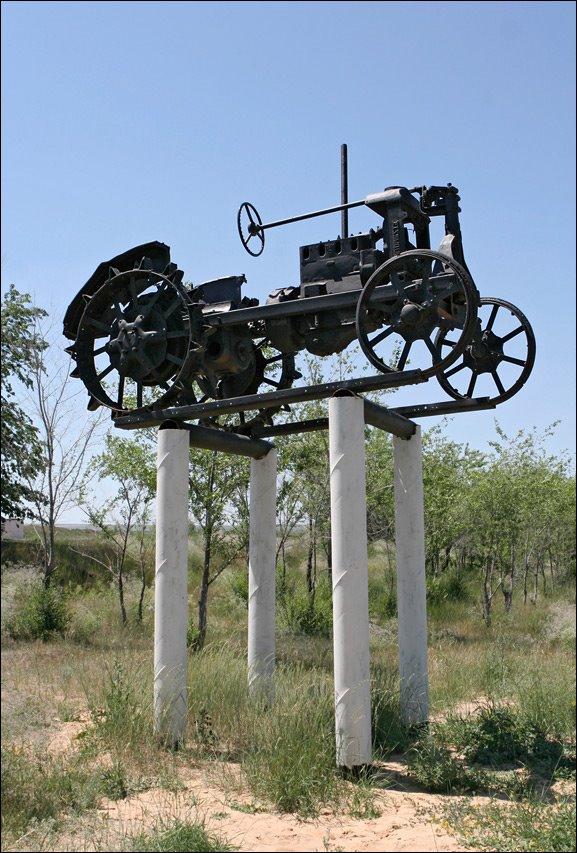 Памятник трактору на въезде в Ольховку, Алущевск