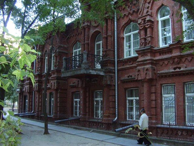 Старинный дом во дворе за магазином Современник, Волгоград