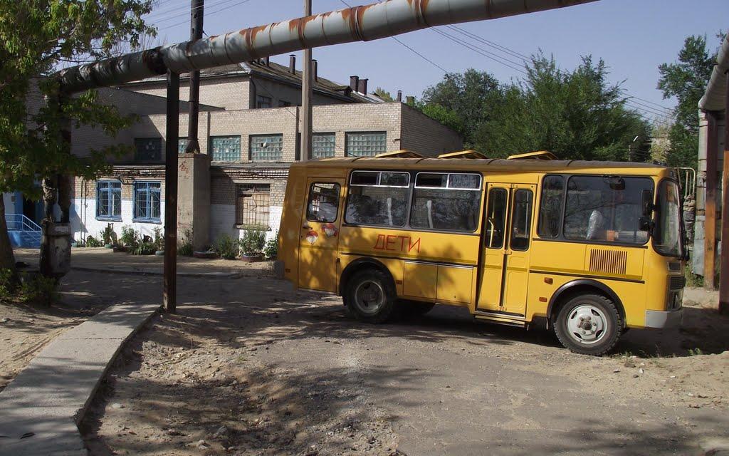 Школьный автобус во дворе школы. Фото Павла Морозова, Городище