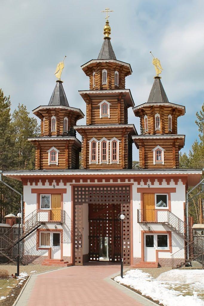 Ворота ограды Благовещенской церкви в Саянске., Зима
