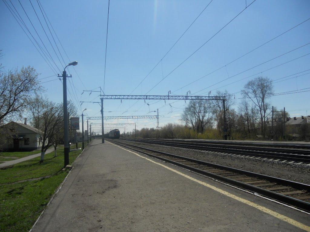 ВЛ-80 проходит по ст. Фаленки.  25 kV AC locomotive VL80 in Falenki, Фаленки