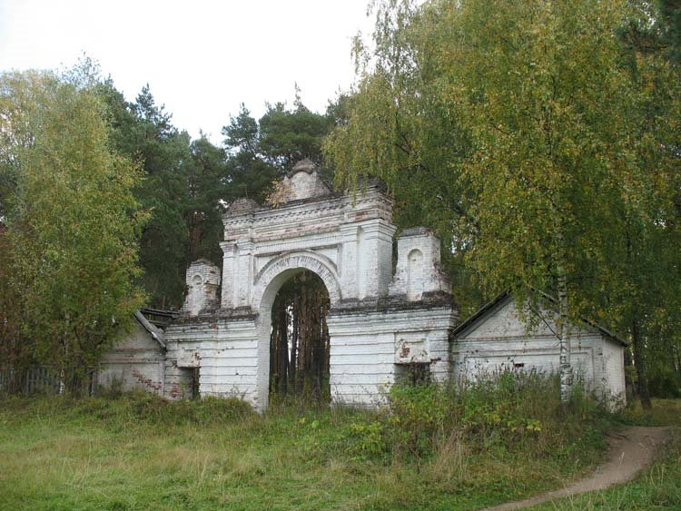 Ворота ограды на старом кладбище города Кологрива., Кологрив