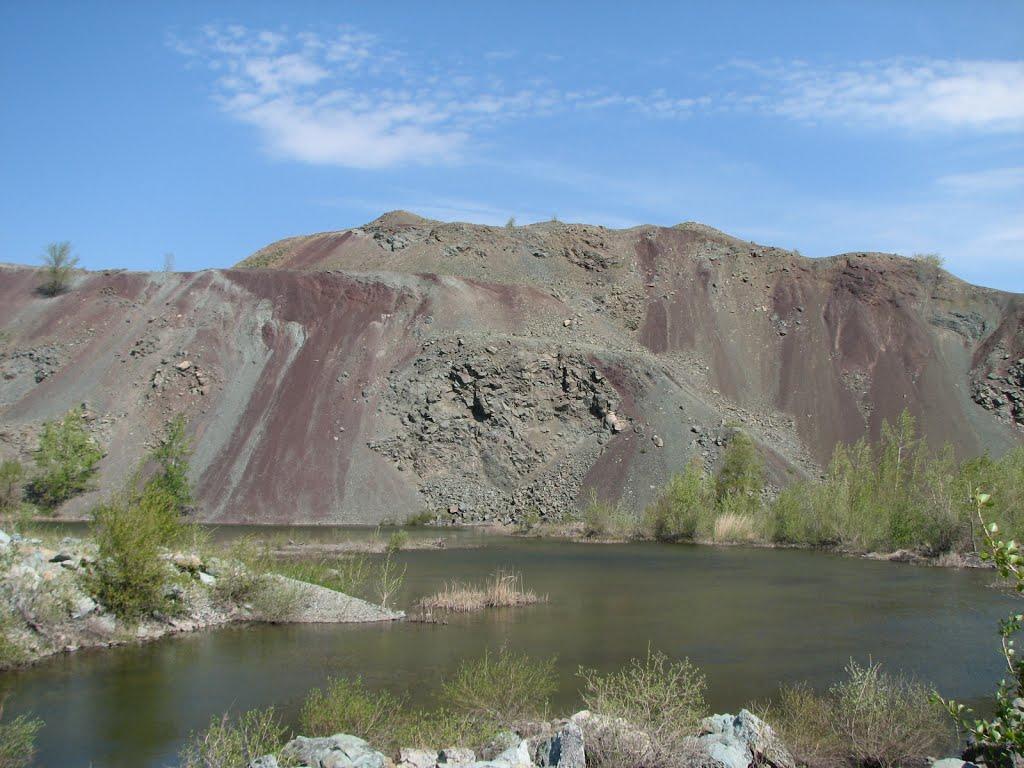Отвал и искусственное озеро карьера по добыче щебня., Медногорск