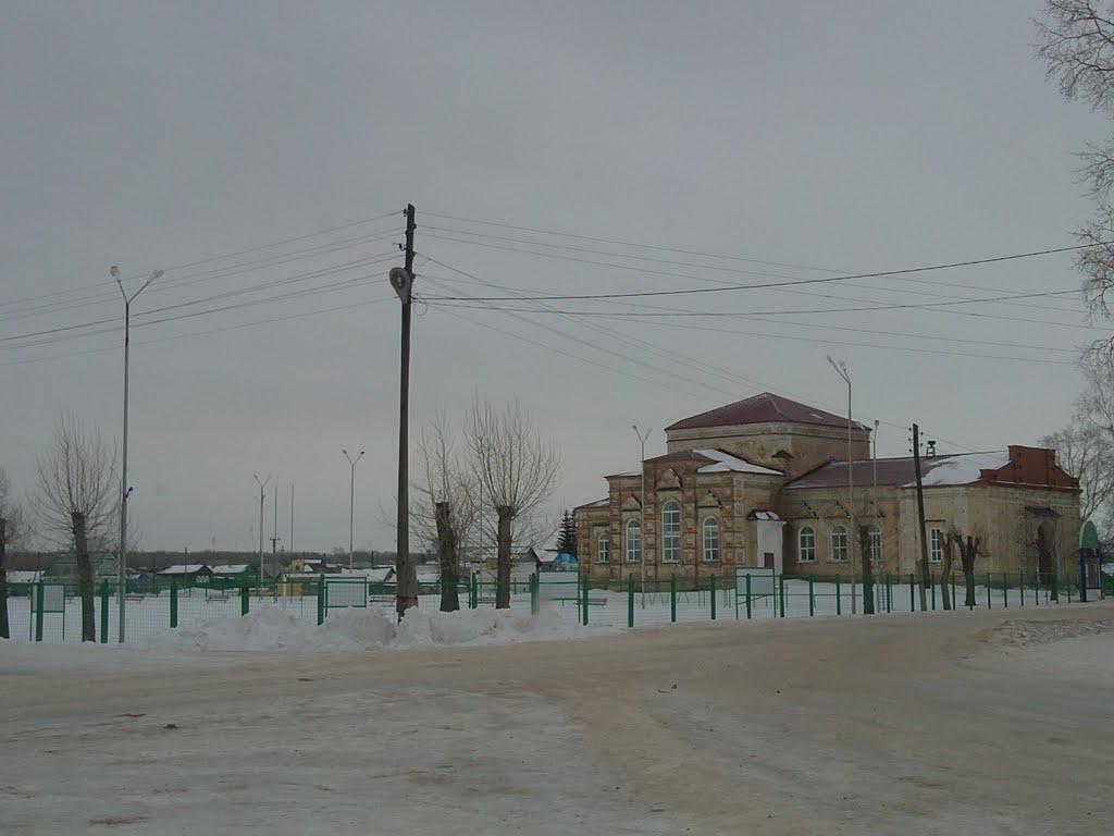"""Старинная церковь (ныне дом детского творчества, на переднем плане новый стадион """"Юность""""), Пономаревка"""