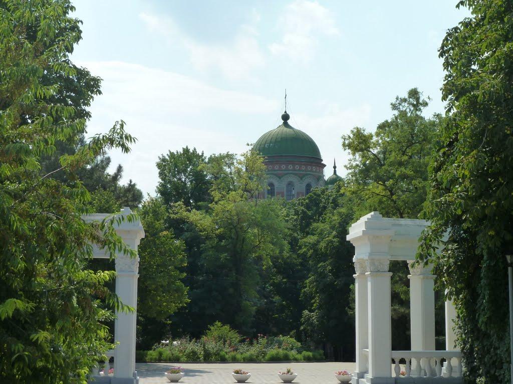 Колоннада в парке и вид на купол собора св.Александра Невского, Александровская