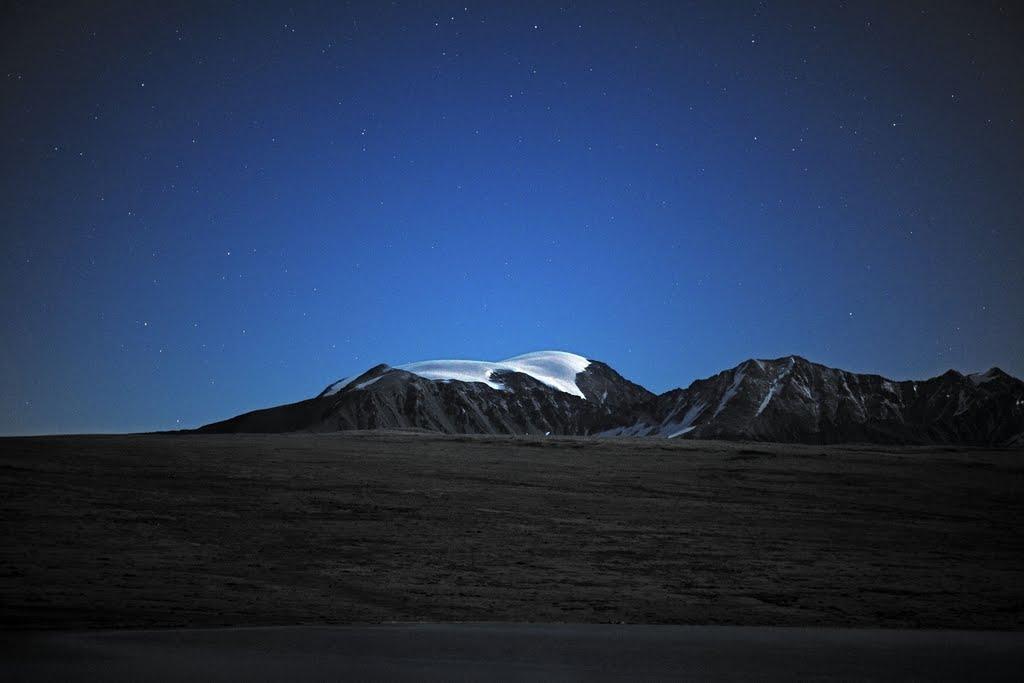 Монгун-Тайга в лунном свете, Тээли