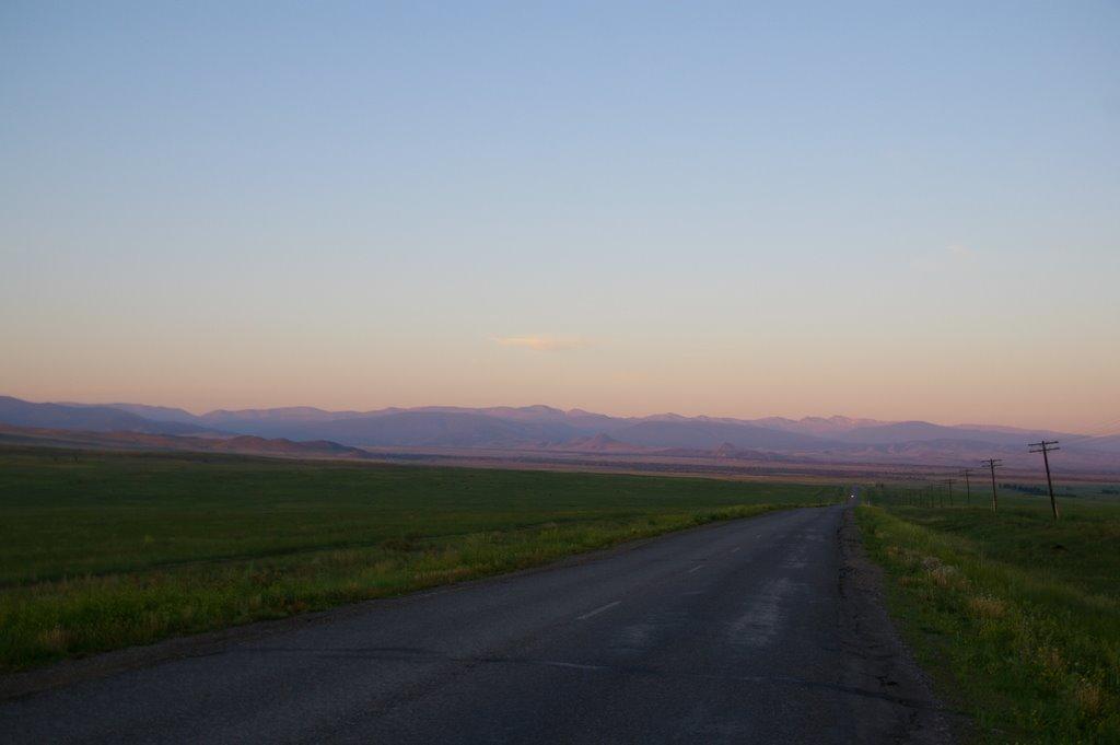 трасса от Шагонара на Чадан. вдалеке хребет Западный Танну-Ола, Хову-Аксы