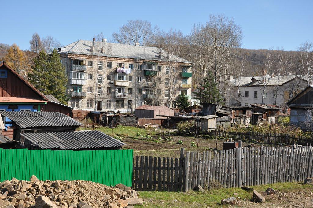 Obluchye (2012-10) - Apartment block and gardens, Облучье