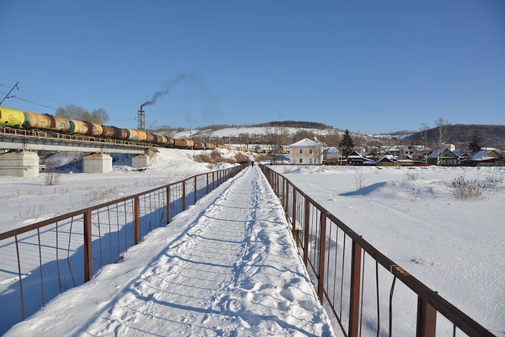 Obluchye (2013-02) - Pedestrian bridge across river in winter, Облучье