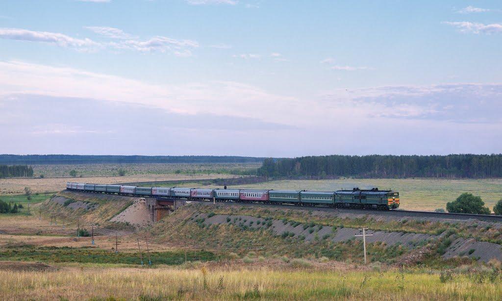Тепловоз 2ТЭ10У-0156 с поездом Санкт-Петербург - Уфа, Шемурша
