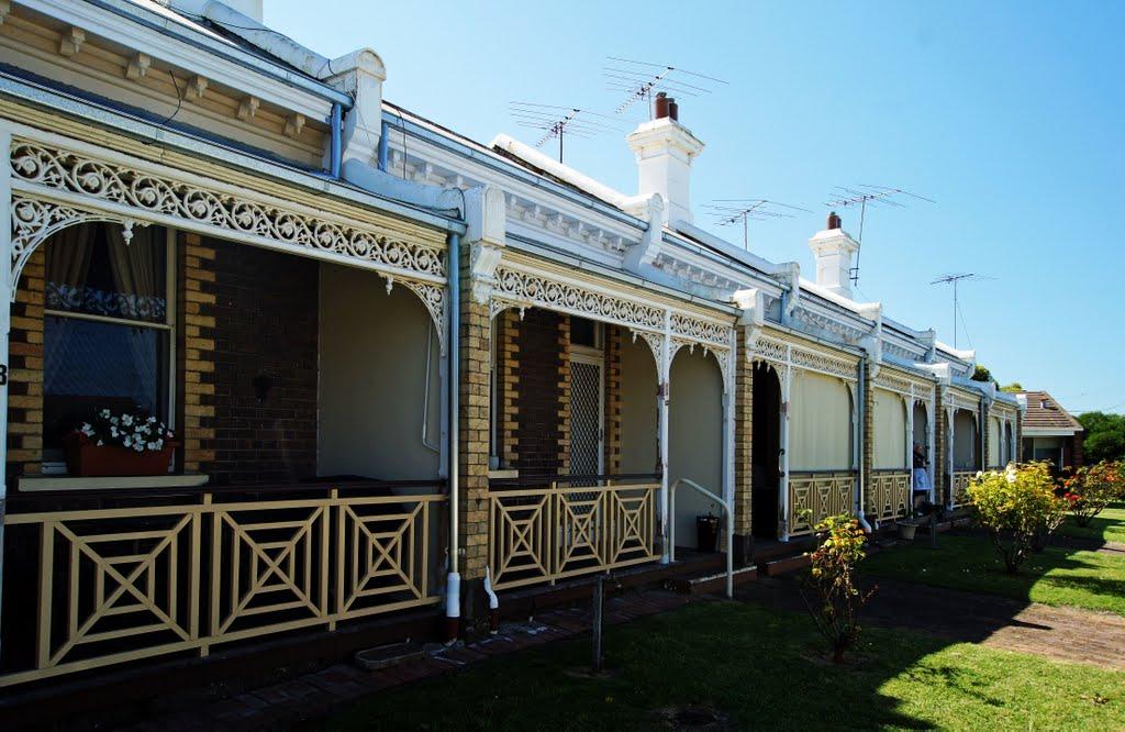 Elizabeth Austin Cottages (2011). These were built c.1887 for the Ladies Benevolent Association to house poor elderly women of the district, Гилонг